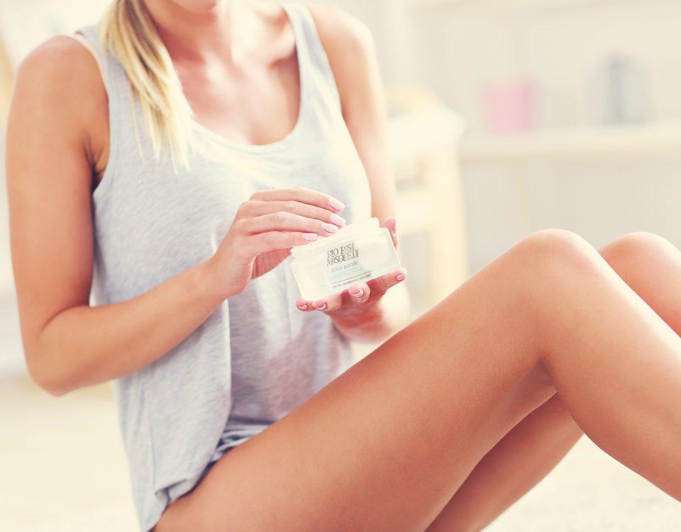 Verwennen je huid met een body butter om je zomerse glow langer vast te houden en de opgelopen zonschade te herstellen.